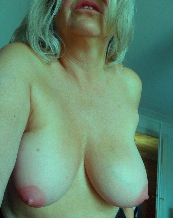 maquillés en rose (lèvres et mamelons!)